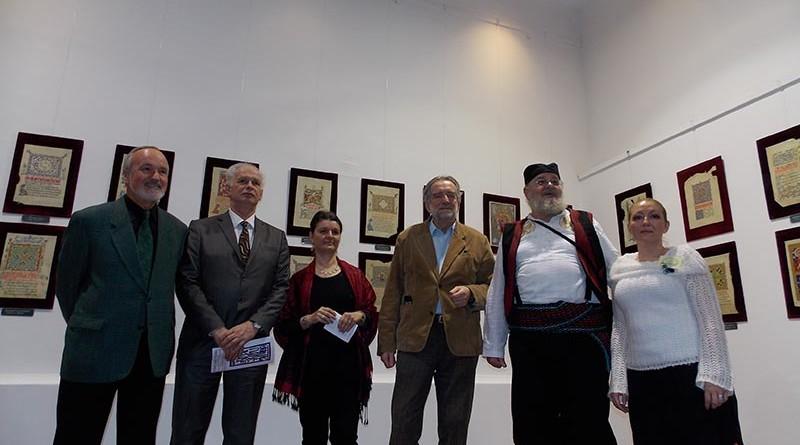 1 - Autor izlozbe u srpskoj nosnji sa organizatorima i domacinima