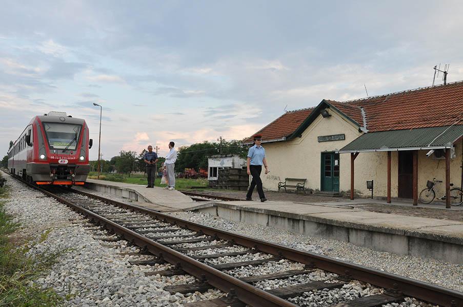 20160616 stajaliste u orlovatu dva putnika cekaju ruski voz