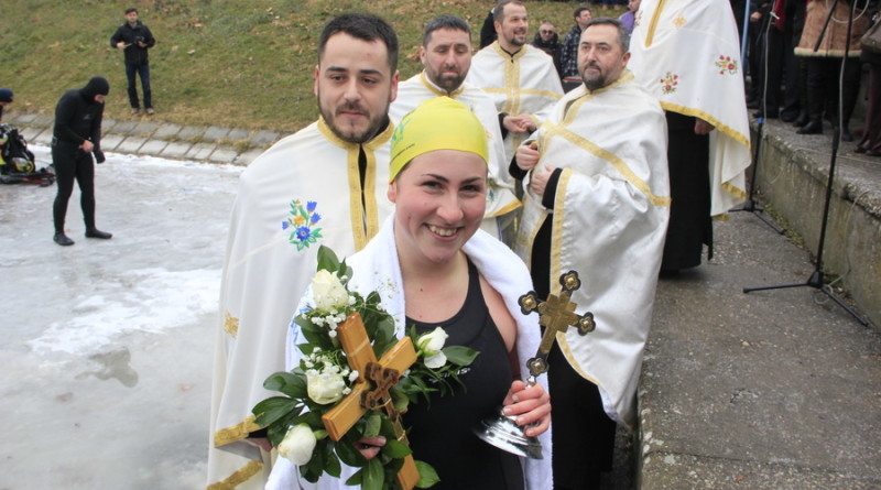 PLIVANJE ZA ČASNI KRST : Tradicija na Bogojavljenje – privilegija za Tijanu Sič