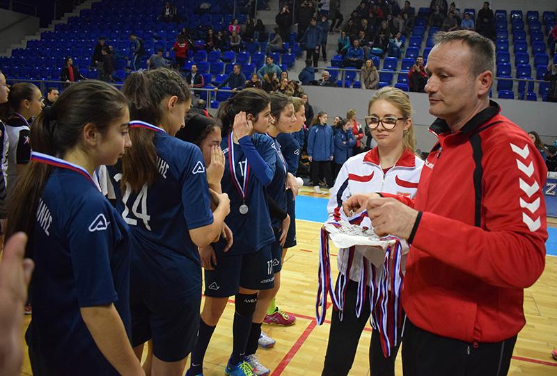 DSC_0359 Čauš predaje grkinjama medalje