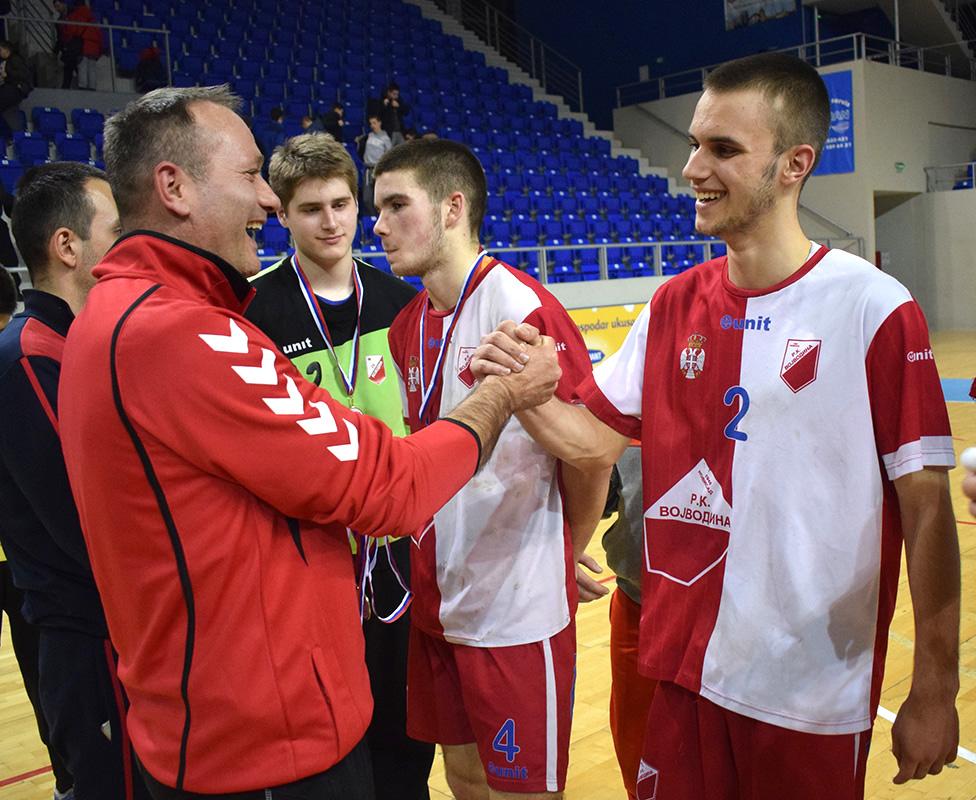DSC_0615 radostan i ponosan otac predaje zlatnu medalju sinu