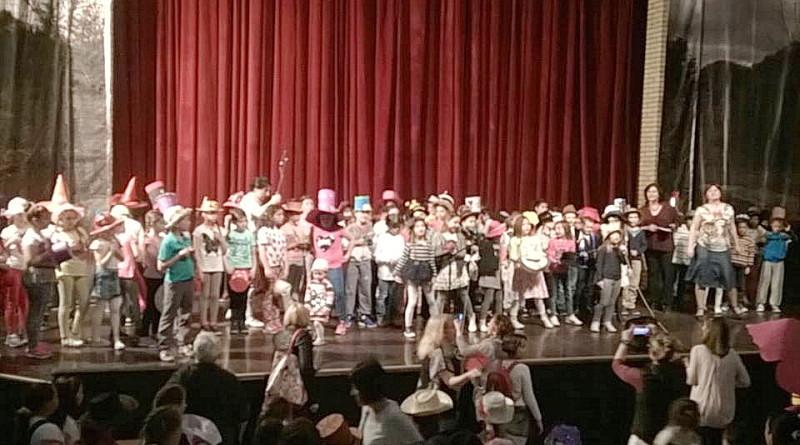 KULTURNI CENTAR: Šarenilo šešira osnovaca iz zrenjaninskih škola