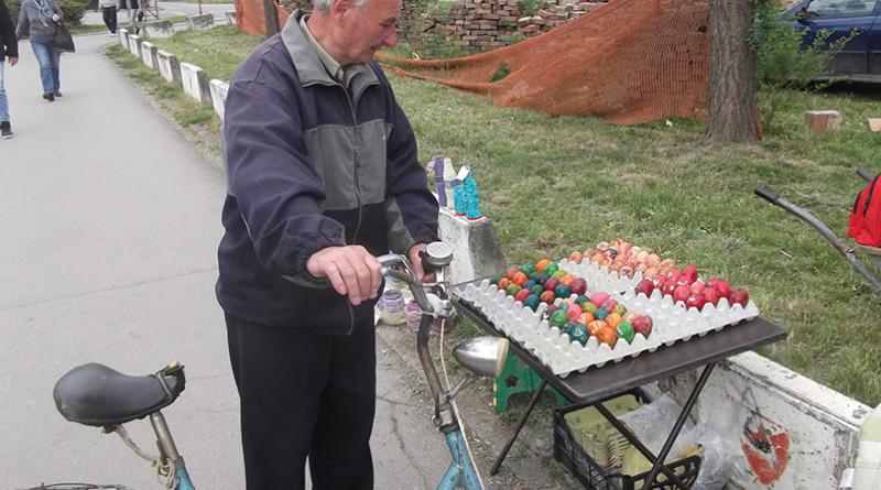 Deca prodaju farbana uskrsnja jaja