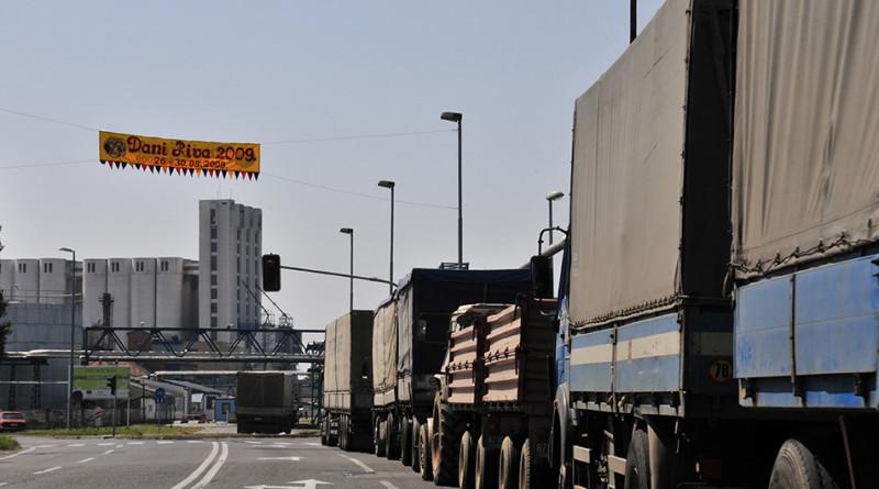 01 zd kamioni isporuka suncokret uljara dijamant zitoprodukt kolona silos dijamant prevoz saobracaj (17)