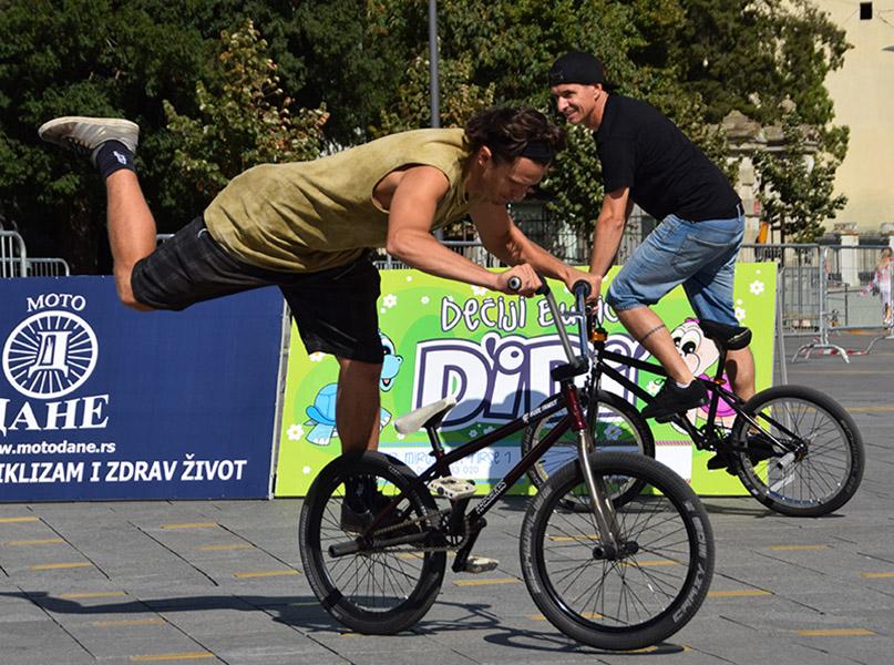 46 - 1 C zongliranje na biciklu