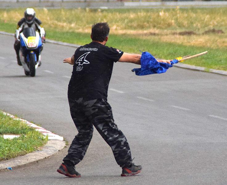 46 - 2 C Moto trke Sudija sa plavom zastavicom prekida trku