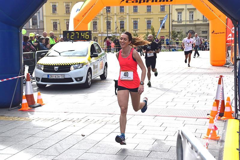DSC_0283 pobednica u polu maratonu