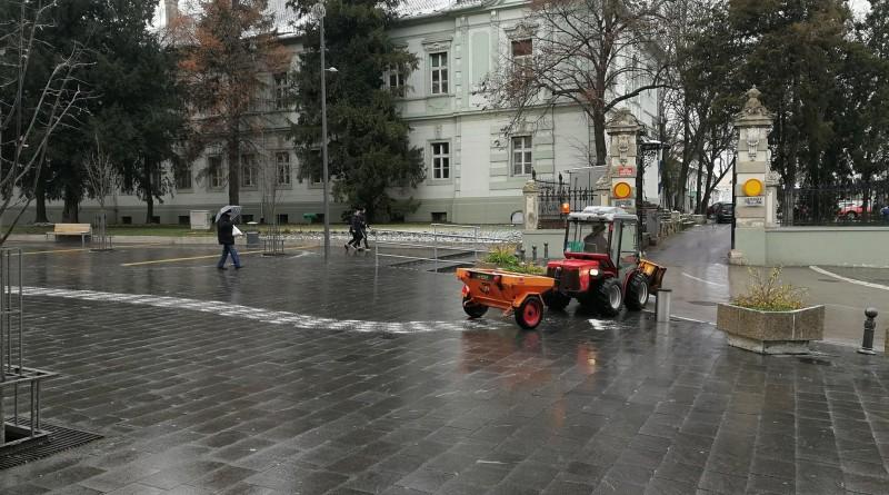 PADA LEDENA KIŠA: U toku je posipanje soli u centru grada
