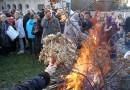 BOŽIĆNE VATRE GORE U SVIM DELOVIMA GRADA: Badnjak prvo potpaljen u Uspenskom hramu
