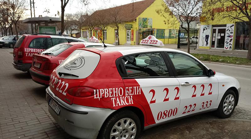 Crveno beli taksi