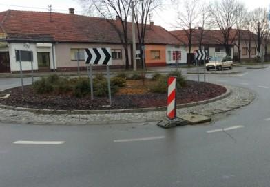 VOZAČI OPREZ: Oštećen šaht na kružnom toku u ulici Žarka Zrenjanina