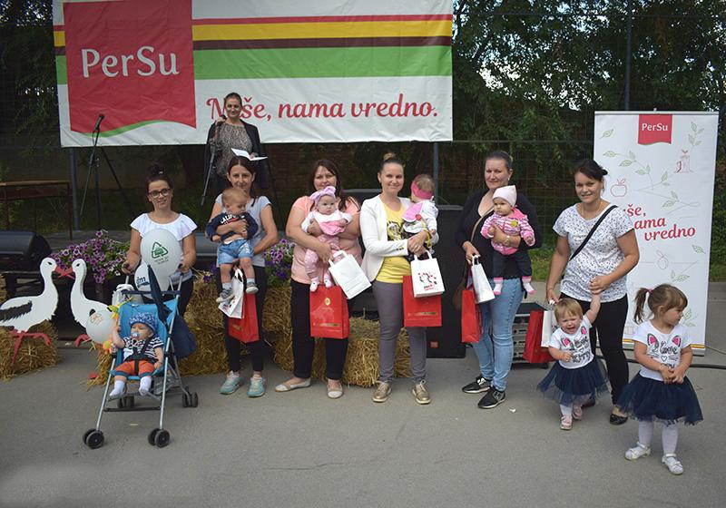 Taraske rode deca rodnjena izmadju 4 i 5 Taraskih roda sa roditeljima.JPG.