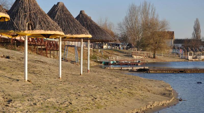18-1а-peskara voda suncobran zima jezero voda (6)