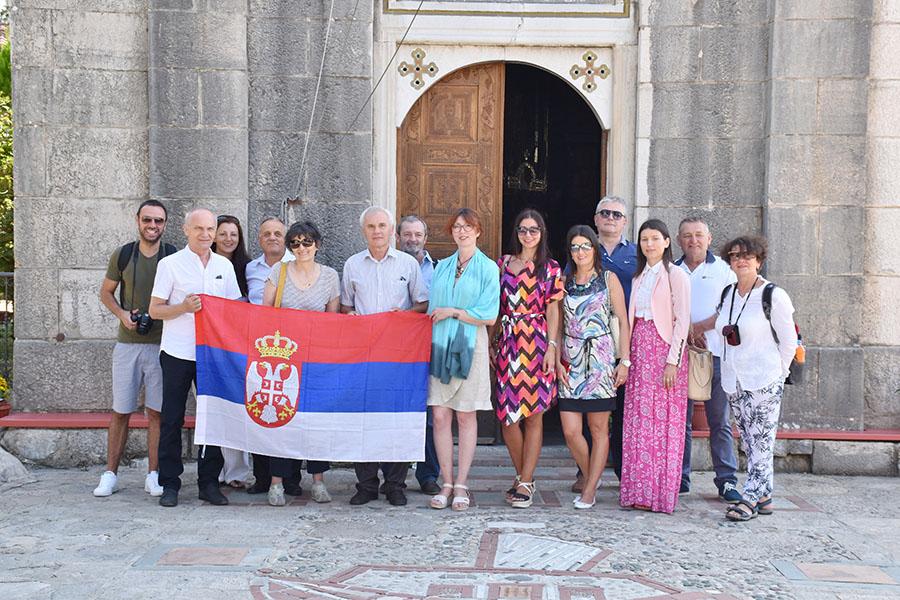 8 - 1 B Zrenjaninci ispred manastira Tvrdos