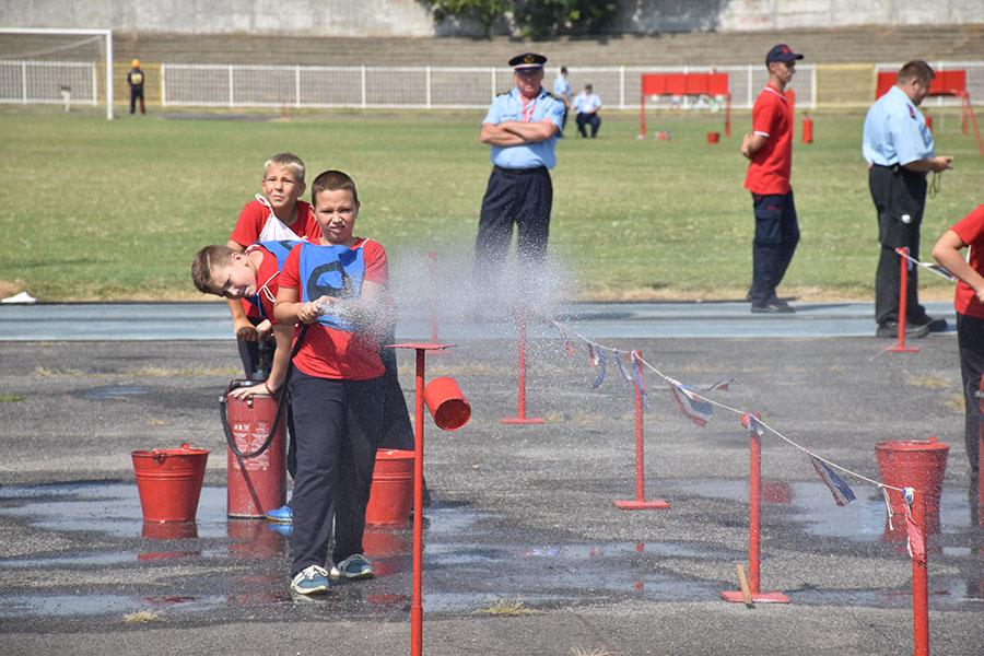 16 - 1 C Zajednickim snagama gase vatru