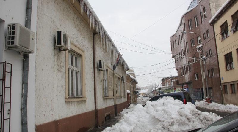 VREBAJU SA VISINA: Ledenice, sneg i polupolomljene grane