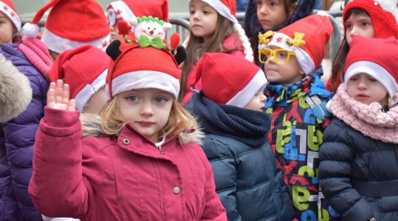 """""""GRAD OTVORENOG SRCA"""": Na trgu Deda Mrazovi, paketići, klovnovi, animatori, i radosni osmesi mališana"""