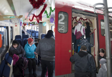 """ŽELEZNIČARI OBRADOVALI MALIŠANE: U """"ruskinji"""" se družili sa Deda Mrazom"""