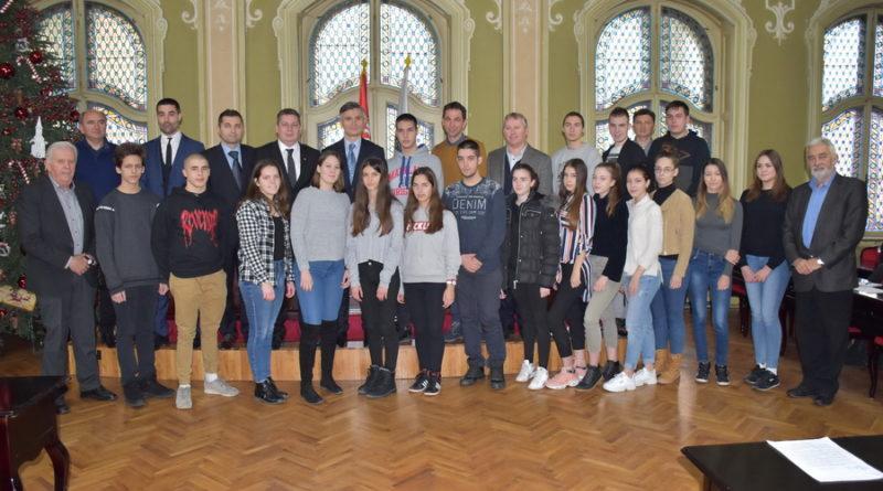 URUČENE SVETOSAVSKE STIPENDIJE ZA ŠKOLSKU 2018/19: Podsticaj za uspešne đake i studente