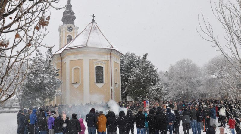 UOČI BOŽIĆA U MELENCIMA: Paljenju badnjaka prisustvovalo više stotina vernika