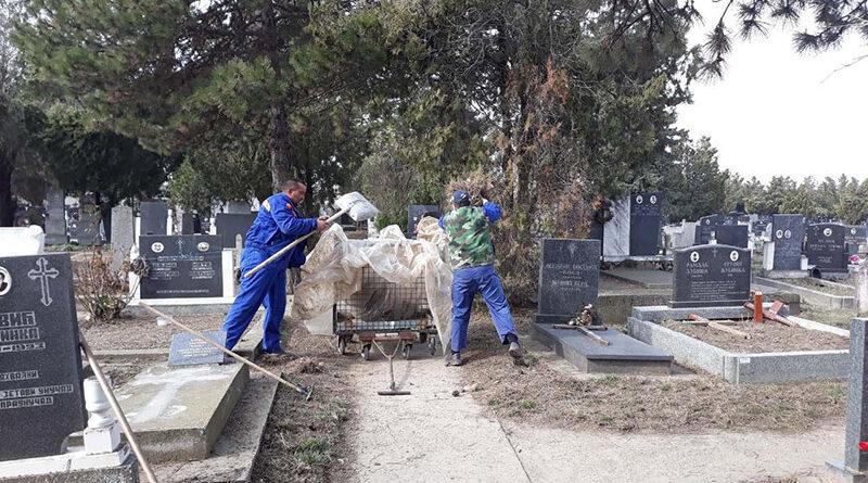 """JKP """"ČISTOĆA I ZELENILO"""":Čišćenje grobalja"""