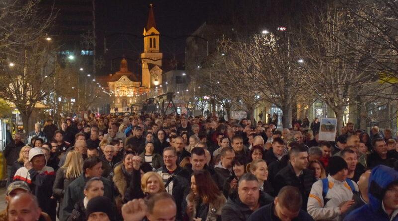 """OSMI PROTEST """"JEDAN OD PET MILIONA"""" U ZRENJANINU: Vučić najavio hapšenje """"fantoma"""" pre nego što se ono desilo"""