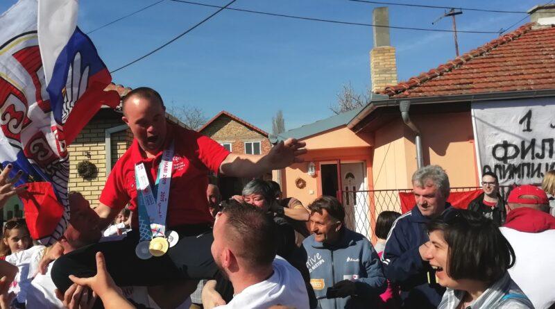 DOČEK ZA ŠAMPIONA: Filip sportski heroj Srbije