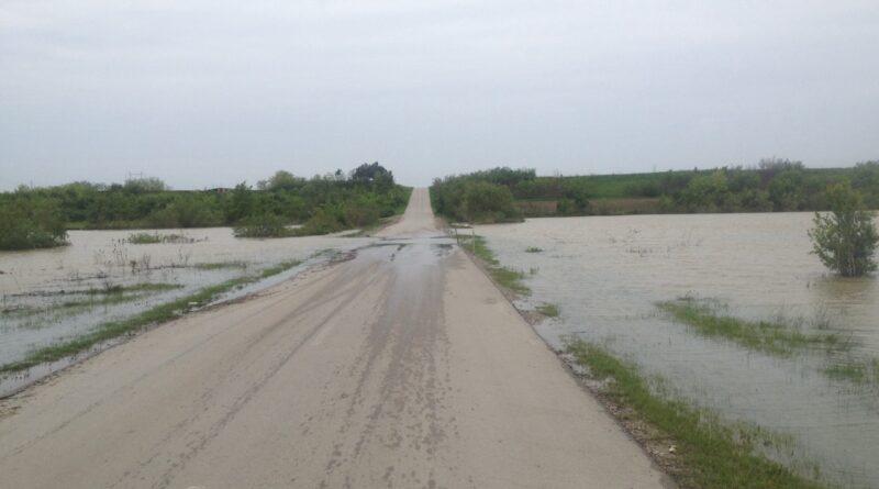TAMIŠ IZAŠAO IZ KORITA: Zatvoren opštinski put Botoš - Tomaševac