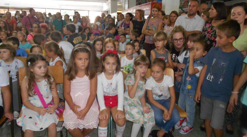 NOVA ŠKOLSKA GODINA: Besplatne torbe za đake - prvake