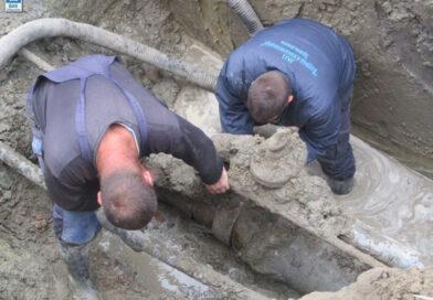 DEO BAGLJAŠA BEZ VODE: Radnici saniraju kvar ispod nadvožnjaka