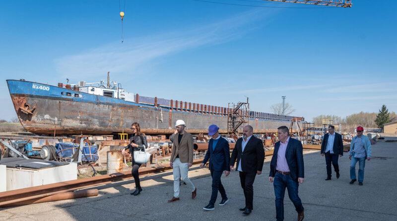 """GRADONAČELNIK OBIŠAO BRODOGRADILIŠTE """"ŠIPJARD BEGEJ"""": Gradi se moderan rečni tanker"""