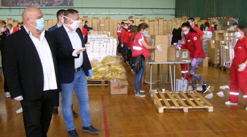 """GRADONAČELNIK OBIŠAO HALU """"MEDISON"""": U pripremi još 17.000 paketa pomoći za penzionere i socijalno ugrožene građane"""