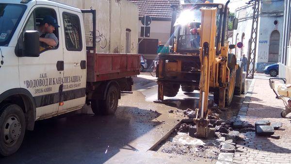 CENTAR BEZ VODE: Pri građevinskim radovima oštećena cev