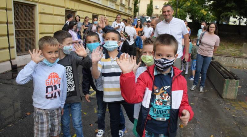 NOVA ŠKOLSKA GODINA U DRUGAČIJIM OKOLNOSTIMA: Grad obezbedio torbe i pribor